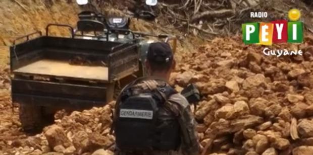 Des gendarmes assurent la sécurité d'exploitations minières légales lors de levées d'or : les explications du général Bras