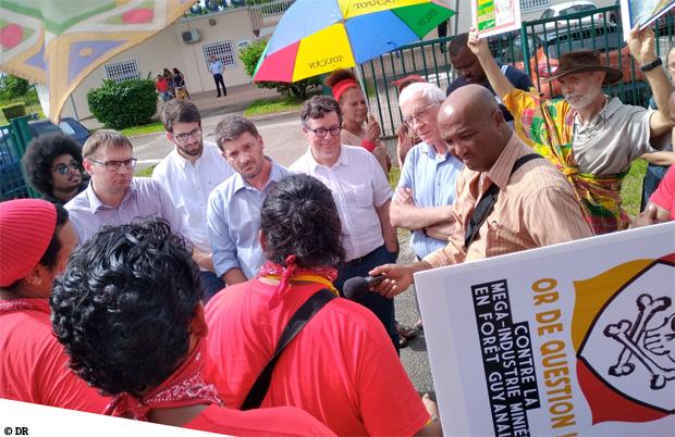 Les membres de la Jeunesse Autochtone face aux dirigeants de la Montagne d'or, présents à Saint-Laurent pour exprimer leur refus du projet Montagne d'or.