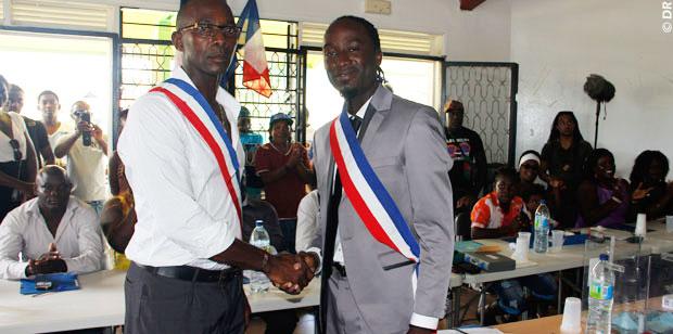 L'ancien 1er adjoint Antoine Dinguiou démissionnaire (à gauche) et le maire de Papaïchton Jules Deie (droite) . Archive 2014