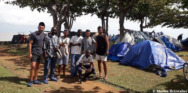 La pluie s'abat sur le camp de réfugiés des Amandiers