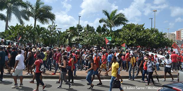 Chlordécone: des milliers de manifestants en Martinique réclament un procès